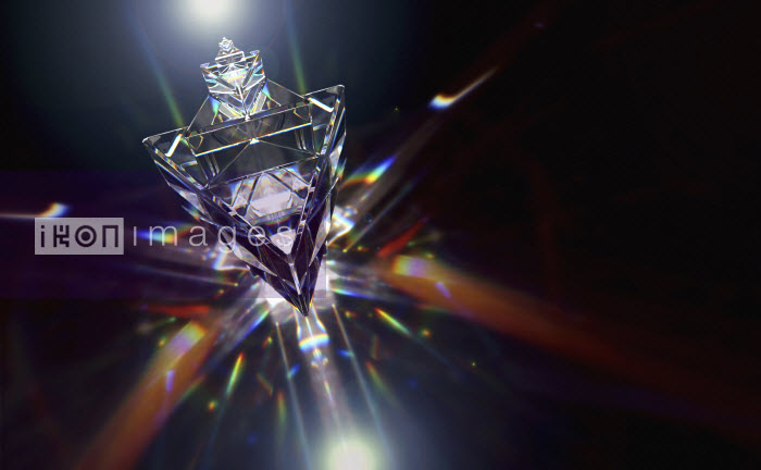 Abstract pattern of multicolored light trails and crystal triangle shapes - Abstract pattern of multicolored light trails and crystal triangle shapes - Ian Cuming