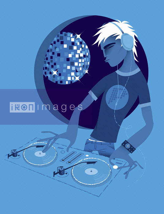 Male DJ spinning records at turntable in nightclub - Male DJ spinning records at turntable in nightclub - Kirsten Ulve
