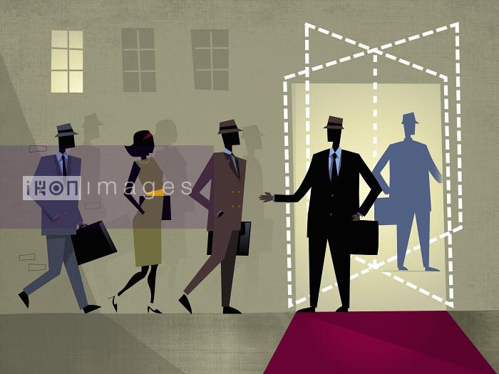 Businessman welcoming businesspeople at revolving door - Businessman welcoming businesspeople at revolving door - Rocco Baviera