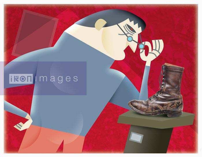 Man looking at artwork shoe - Man looking at artwork shoe - Pablo Blasberg