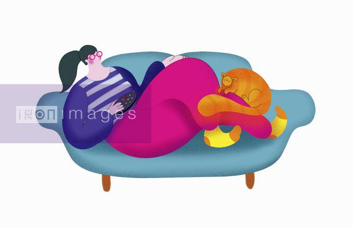 Woman relaxing on sofa with pet cat - Benjamin Baxter